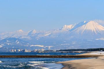 雪の大山と皆生温泉街 -弓ヶ浜展望台より-