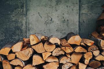 Poster de jardin Texture de bois de chauffage chopped logs for winter fire. Pile of firewood against old wooden fence