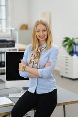 erfolgreiche junge frau am ihrem arbeitsplatz