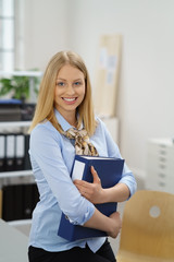 junge bürokauffrau am arbeitsplatz