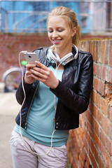 junge frau mit mobiltelefon und kopfhörern