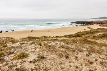 Dunas con vegetación y Playa de las Furnas, Porto do Son, La Coruña, Galicia.