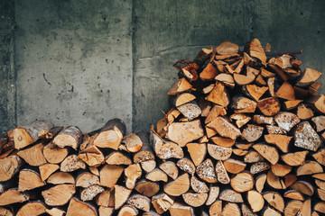 Photo sur Aluminium Texture de bois de chauffage chopped logs for winter fire. Pile of firewood against old wooden fence