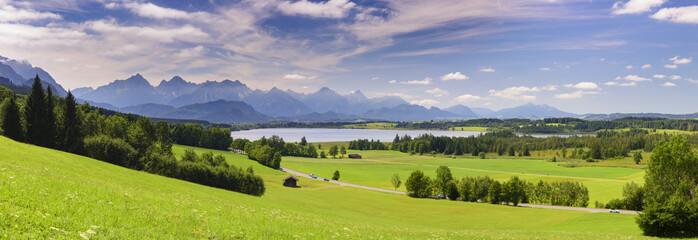 Panorama Landschaft in Bayern mit Berge und See im Allgäu