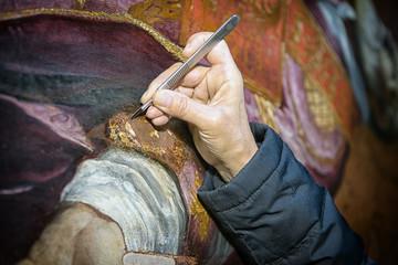 Restauro con bisturi su superficie pittorica