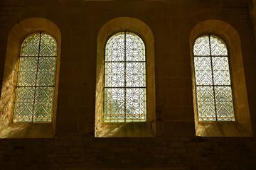 Foto auf AluDibond Denkmal Fenêtres en plein cintre à vitraux de l'abbaye de Fontenay en Bourgogne, France