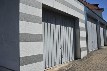 Moderne Beton-Garage mit Granit-Verblendung