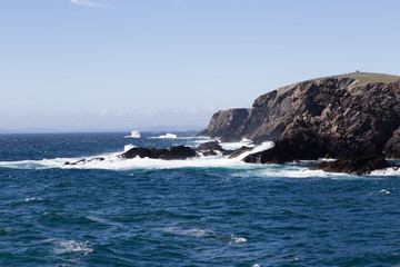 Paesaggio costiero con mare oceano spiaggia pietre
