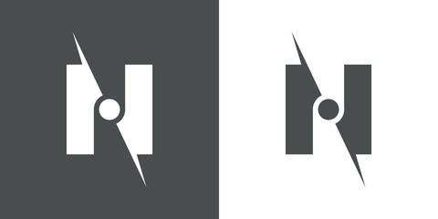 logotipo brujula espacio negativo n gris y blanco
