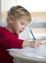 Dziewczynka malująca kredkami