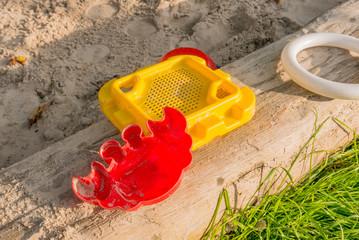 Spielsachen in einem Sandkasten