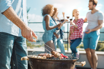 Photo sur Plexiglas Grill, Barbecue Group of friends having barbecue party on the roof