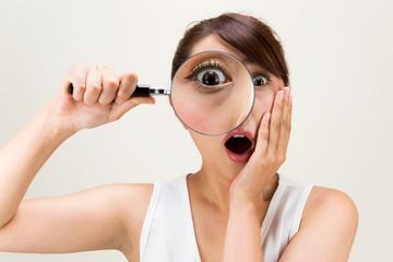 虫眼鏡・驚く女性