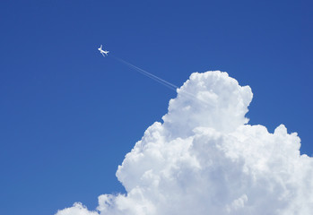 ジェット機と入道雲