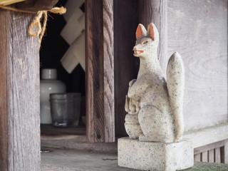 キツネの石像