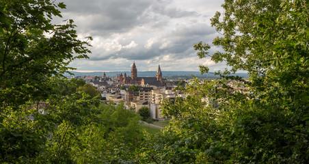 Der Mainzer Dom an einem bewölkten Sommerabend