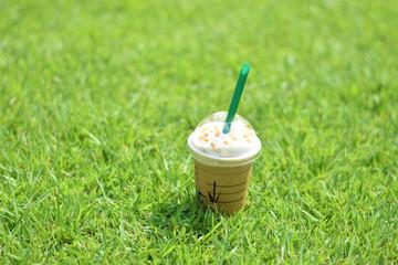 芝生の上のキャラメルマキアート