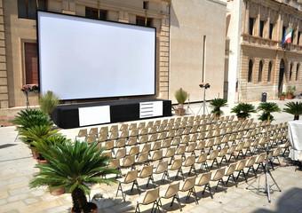 Öffentliches Freilichtkino in der historischen Altstadt von Syrakus (Syracusa) im Süden von Sizilien, Italien