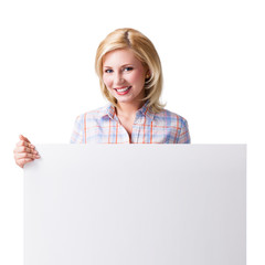 junge lächelnde Frau mit Werbefläche vor weißem Hintergrund