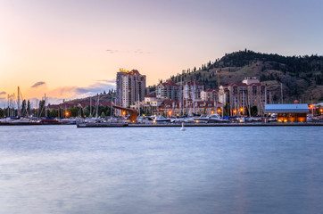 Kelowna Skyline and Waterfront at Sunset. BC, Canada Fototapete