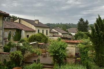 Nuages d'orage au dessus de la colline boisée au village de Champagne ,au Périgord Vert