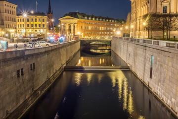 Kanalen mellan Riksdagshuset och Slottskajen på natten