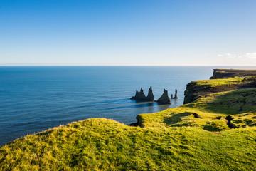 Aussicht auf die berühmten Felsnadeln Reynisdrangar, VIk, Island