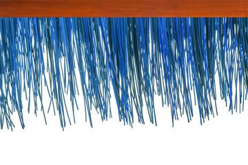 rebord de toiture en paille synthétique bleue, fond blanc  Wall mural