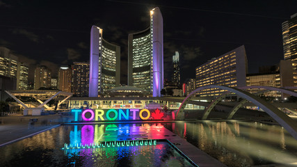Poster Toronto Toronto City Hall and Toronto sign in Nathan Phillips Square at night, Ontario, Canada.