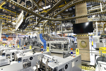 Betriebsgebäude: Maschinen in einer Großdruckerei - HiTech Fertigung // Industrial buildings: machines in a large print shop - HiTech production