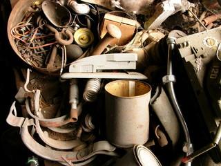 Alter Klammerhefter und Kaffeetasse zusammen mit anderem rostigen Schrott in einer Werkstatt in Rudersau bei Rottenbuch in Oberbayern