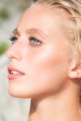 Bellissimo primo piano beauty ,ragazza bionda con occhi azzurri molto giovane e bella