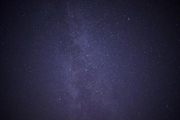 Cielo nocturno con estrellas y la Vía Láctea