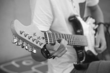 adolescent jouant de la guitare électrique en extérieur