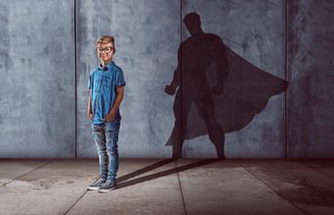 Kind mit Superhelden-Schatten