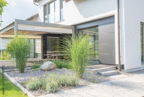 Moderne Außenanlagen mit Terrasse\