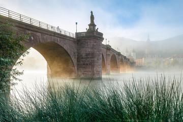 Alte Brücke in Heidelberg im Nebel