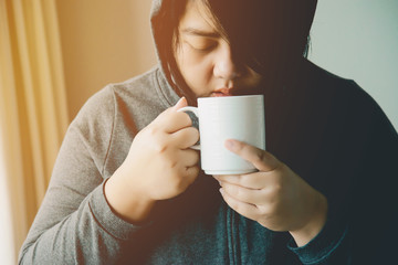 Beautiful women are drinking coffee in the morning. Beautiful woman drinking coffee Keep the body warm
