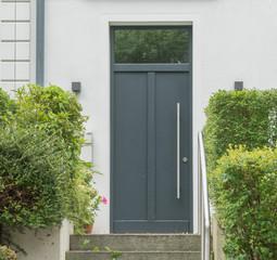 Moderne graue Haustür eines Eingangsbereiches von einem Haus
