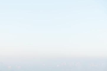 Wschód Słońca nad blokowiskiem w mieście w górach