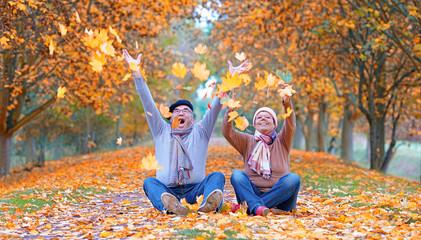 Seniorenpaar voller Freude im Herbst