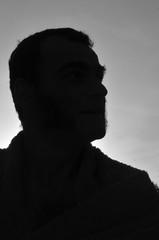 silhouette d'homme en contre-jour