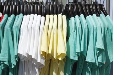 Bunte T-Shirts auf Kleiderbügeln