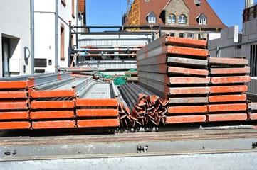 Gerüst für die Renovierung der Fassade eines Hauses wird auf einem LKW transportiert