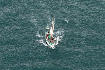 Vue aérienne d'un bateau à voile ancien à Port Navalo dans le Golfe du Morbihan en France