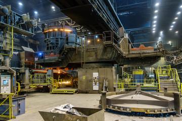 Drehturm mit Stahlpfanne in einem Stahlwerk