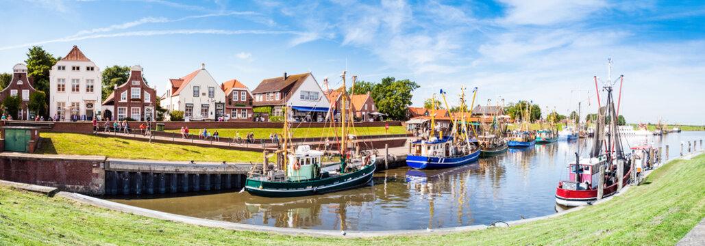Panorama; Hafen mit Fischerbooten in Greetsiel, Nordsee, Deutschland