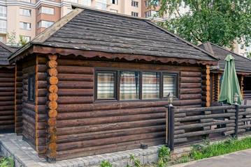 коричневый деревянный сельский домик из деревянных брёвен
