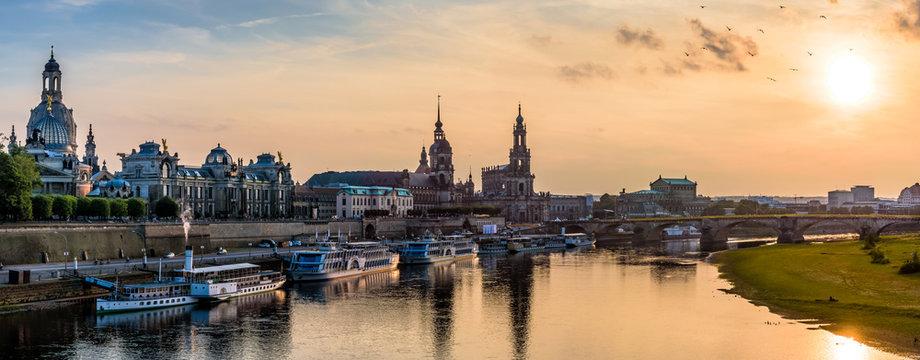 Terrassenufer in Dresden bei Sonnenuntergang (36MP)