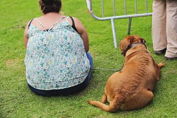 femme obèse avec son chien